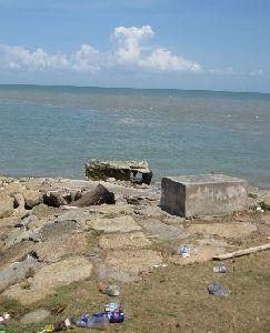 ruin and mercusuar bangka-sampah plastik