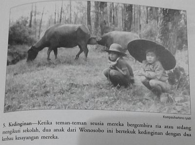 Anak-anak Bekerja Membantu Orang Tua (sumber: buku Seandainya Aku Bukan Anakmu)