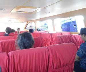 Tempat duduk yang nyaman di kapal cepat