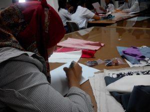 Rini, guru SMK pun sibuk membuat sketsa