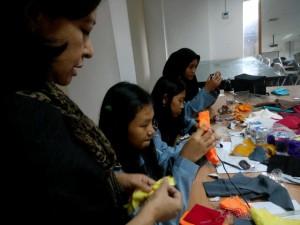 Bu Erlin mencontohkan beberapa metode membuat perhiasan dari kain