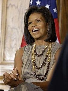 Michela Obama dengan kalung mutiara laut selatan (dok. heritagegemsfinejewellery)