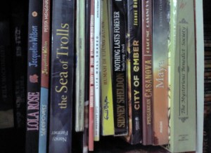 Menata rak buku bisa jadi ide