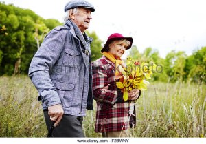 elderly-couple-spending-time-in-park-in-autumn-f2bwny