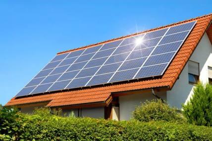 Semakin banyak warga yang memasang solar penel di atap rumahnya   sumber gambar: ekonomibisnis.com